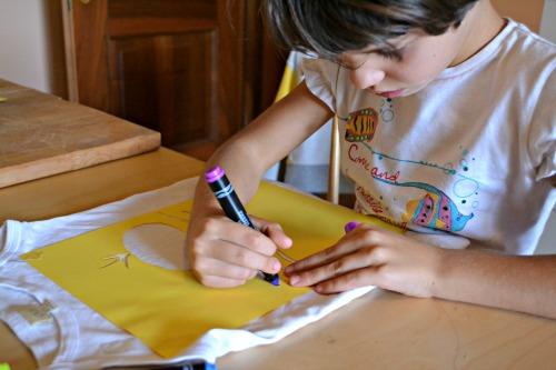 bambino colora con crayola