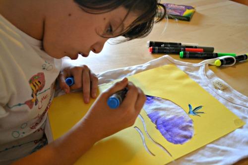 bambino disegna su tessuto