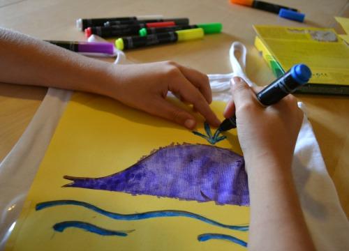 disegno con stencil su tessuto