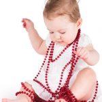 Il bambino adorno di vesti principesche