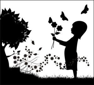 La bambina che va sotto gli alberi
