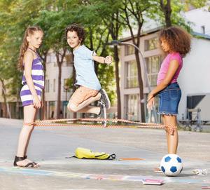 Come insegnare alle bambine moderne a giocare all'elastico