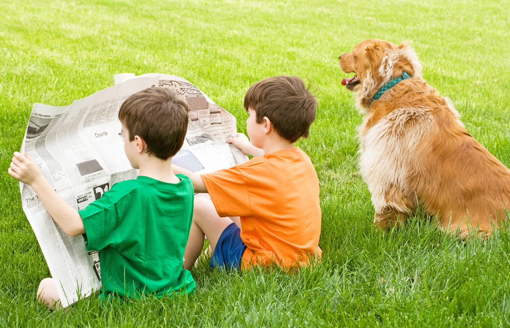 Bambini che leggono con cane