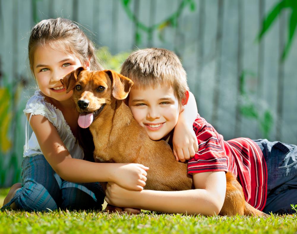 Bambino e bambina con cane